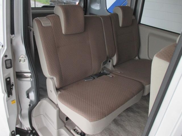 後部座席は左右分割シート可倒ができます。