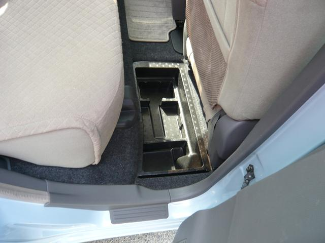 右後ろ座席足元に隠し収納あります、大切な物は一旦ここに隠しましょう!!