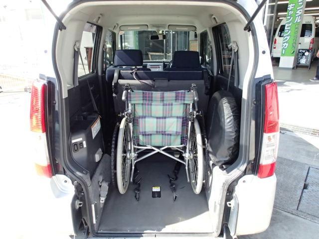 ☆お客様の体格・体調に合わせた改造・製作も致します☆ 補助グリップ・電動ステップ・電動ウィンチ・電動車いす固定装置など♪ 専門スタッフが御対応致します。  車いす乗車例☆