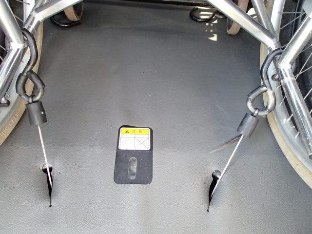 低床フラットフロア☆  後退防止安全ベルト☆  車いす電動固定装置☆  どなたでも簡単に安全に車いす乗車・移動が可能になりました☆