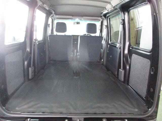 リヤシートを折りたたむと広々スペース出現