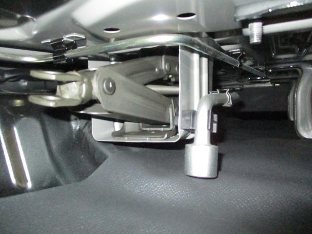 工具はリヤシート下に収納しています。