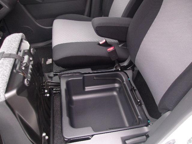 助手席シート下には、便利な収納スペースがあります♪