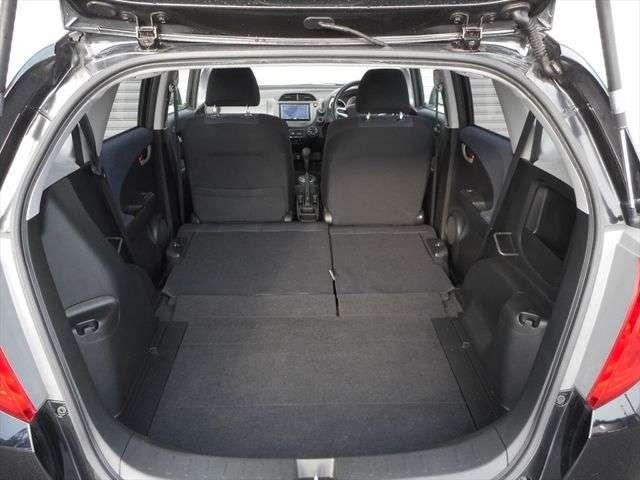 座席を倒したらとっても広々した空間に!ながーい荷物でも簡単にのせられます!