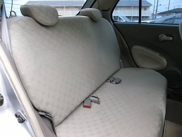 リアシートは足元も広々としており快適ですっ!! チャイルドシートもラクラク取り付け可能で小さなお子様がいらっしゃるご家庭にもオススメのコンパクトカーですっ!!