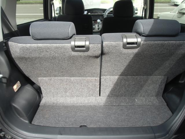 リヤシートを倒せば、広いラゲッジスペースになり、少々大きなお荷物でも積んで頂けますよ♪