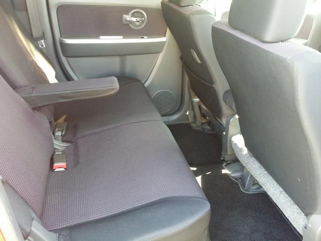 リアシートもベンチタイプです。肘掛が付いています。またリクライニングも可能です。前型よりリアシートが広くなりチャイルドシートなども使いやすくなっています。そもそも定番の町乗り車ですからねっ