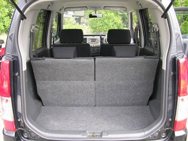リアゲートは楽々ワンプッシュ開きで荷物の出し入れがとってもスムーズ(^^)!乗用車のトランクに比べますと腰への負担が軽減されますね(^^♪