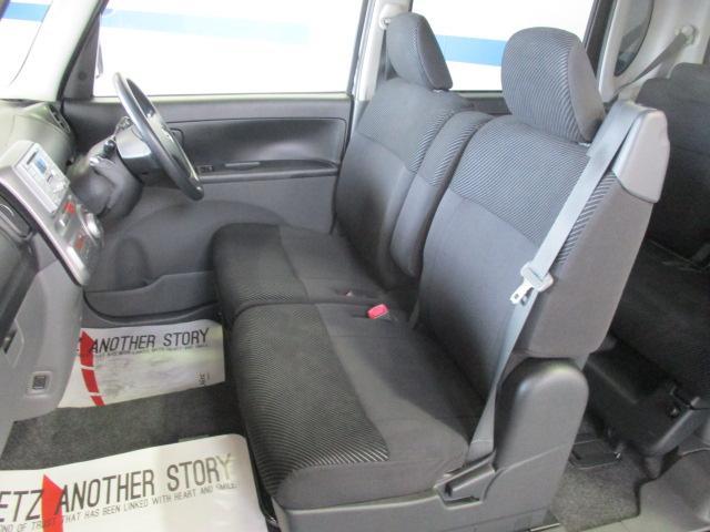 フロントシートは人気のベンチタイプです。座席広々、ゆったりと座れて快適です。真ん中の背もたれを前に倒せばアームレストにもなります。