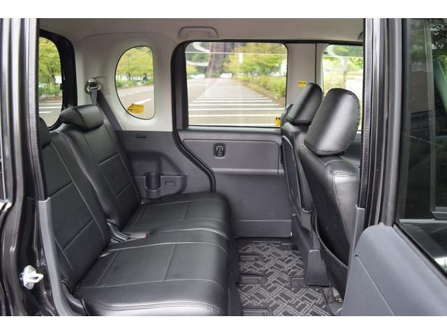 リアシートの足元の広さは、成人男性が余裕をもって乗車できます