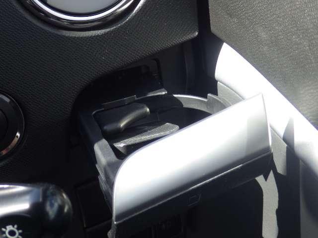 格納式のカップホルダーがあります。