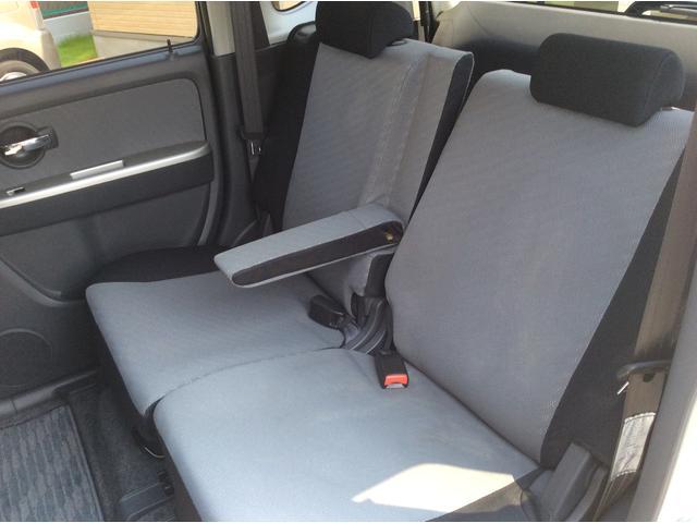 後ろのリヤシートも肘掛が付いていて、リクライニングができるためゆったりと座れます。