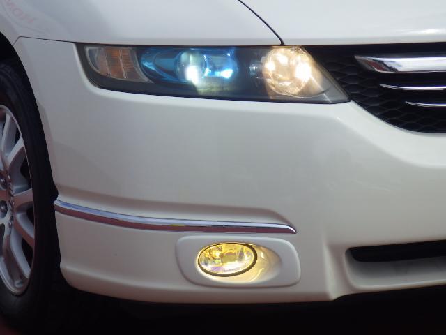 ディスチャージヘッドライト搭載でしっかり明るく照らしてくれるので、夜間走行や不慣れな道でも安心です。フォグライト付きで、効果的に視界をサポートします。