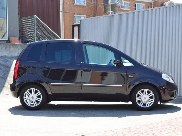 5ドアのムーサ。使い勝手のの良いイタリアの小型自動車です。