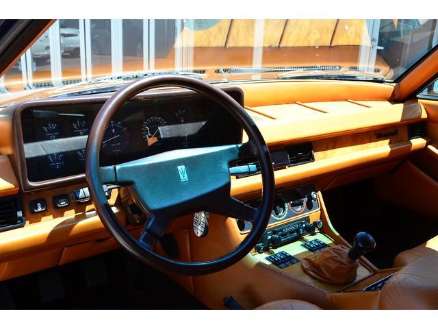 ドライバーには扱いやすいペダル配置やシフトとシート、そしてステアリングとの位置も抜群です。