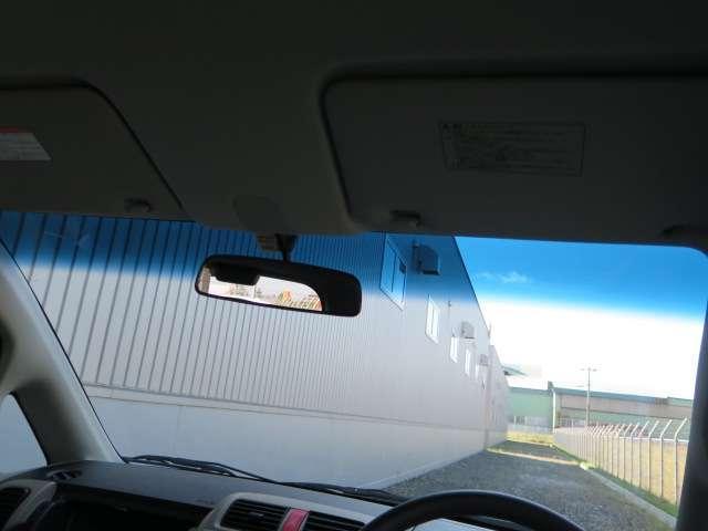 フロントガラスの青い部分は、日差しの眩しさを和らげてくれます!