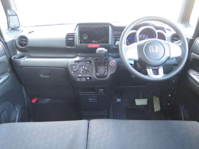 インパネシフトで足元スッキリ!運転席もゆったりしているのでゆとりを持って運転できます。