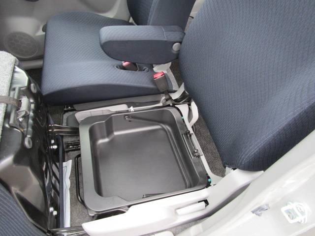 助手席座面下に便利な持ち運び可能なBOX付き!