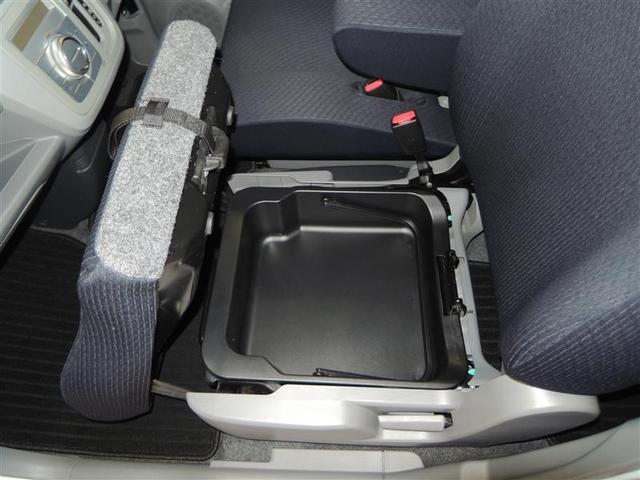 助手席のシートの下に荷物を置けるスペースがあります