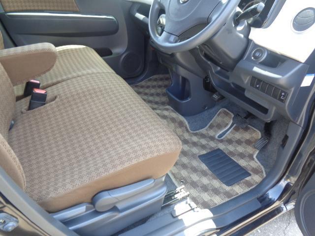 運転席です。シートリフター付きですので座席の高さ調整が可能です。