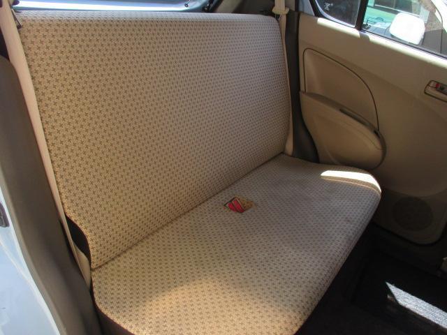 後席は左右一体がタイプのシートを採用してます