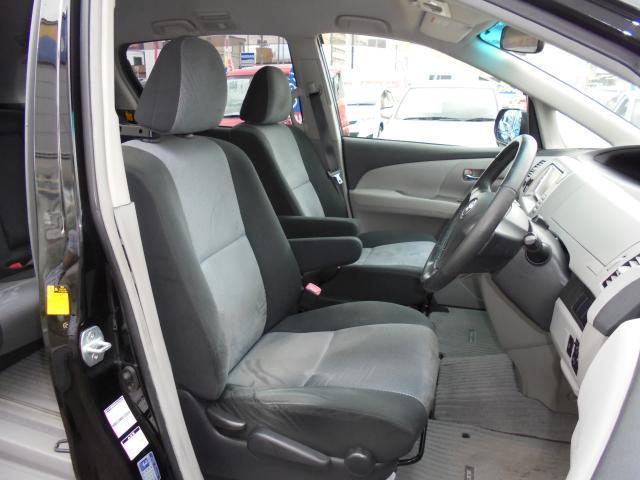 運転席&助手席  両席共に肘掛付き。  運転席にはシートリフター(高さ調整機能)付き。
