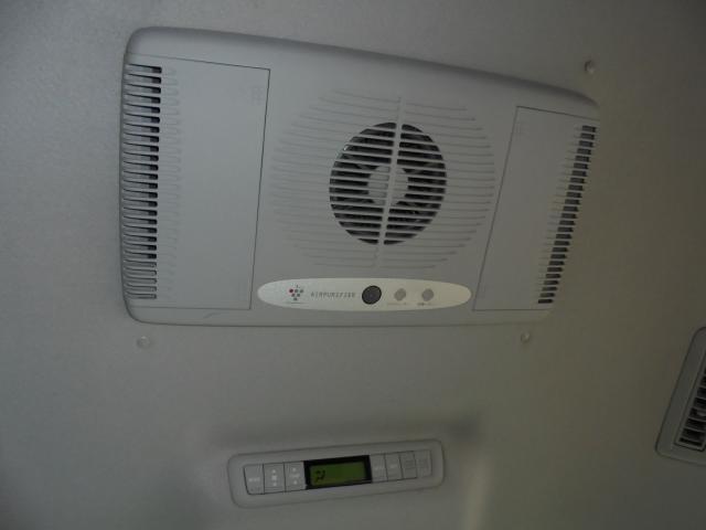 後席天井には後席用の空調スイッチと空気清浄機付き。