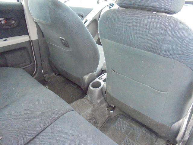前席シート裏には便利なシートバックポケットを装備。 中央部には後席用のドリンクホルダーを装備。