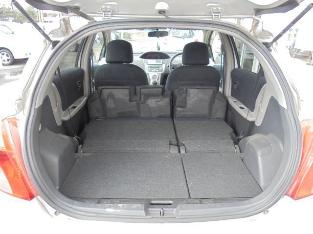 ラゲッジスペース 後席のシートを両側倒した状態。 ほぼフラットな空間が出来ます。  (シートは左右別々に倒すことが出来ます。)