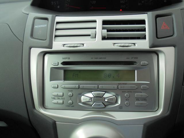 オーディオは純正CD/ラジオを装備。スイッチも大きく使いやすいです。