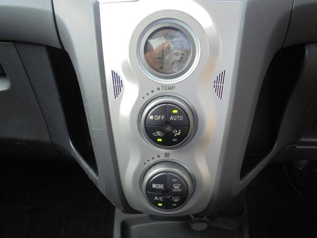 空調はオートエアコンで快適です♪ 縦にスイッチを配置する事により左右に収納部を設置。