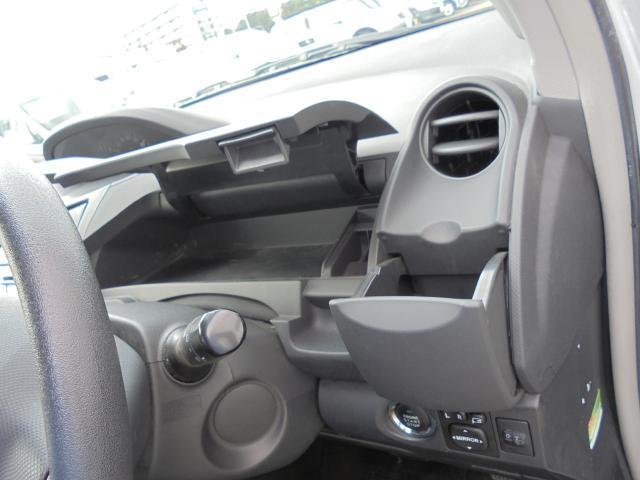 運転席のステアリング前の収納部と収納式のドリンクホルダー。 収納式のドリンクホルダーは助手席側にも御座います。
