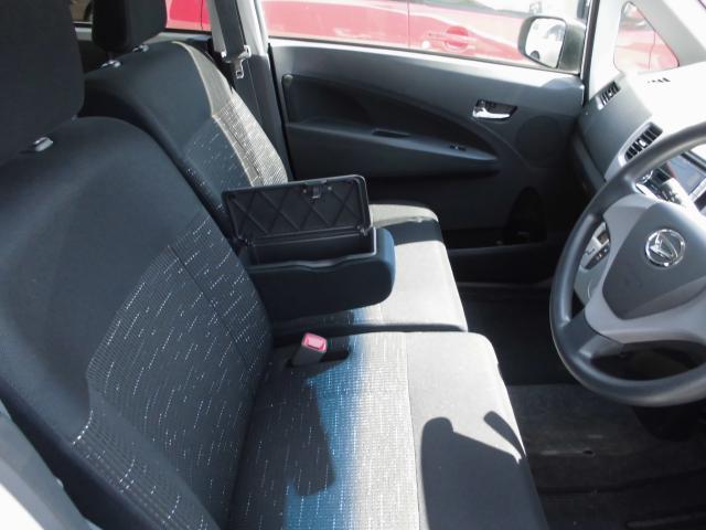 運転席アームレストにも小物入れ付