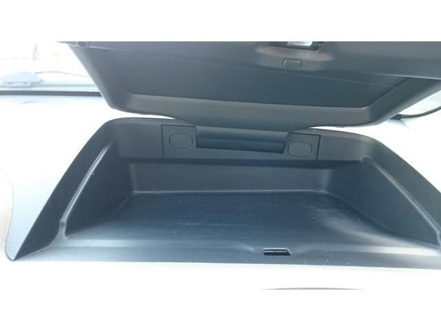 運転席にも収納スペースあります!