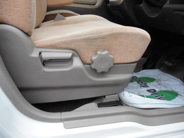 運転席の座面の角度や高さを調節できます。