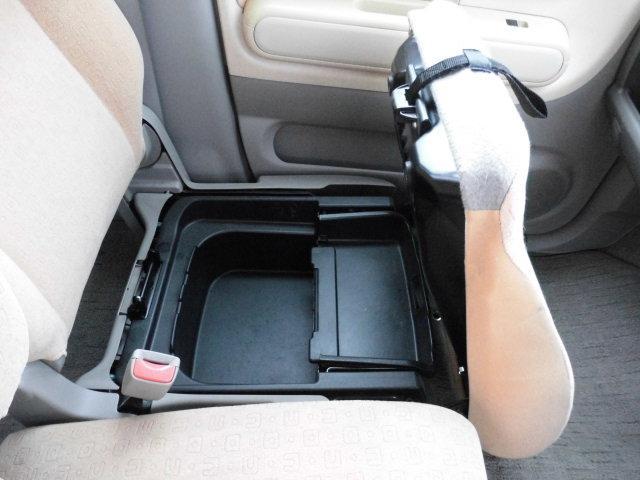 助手席下には小物入れを装備。