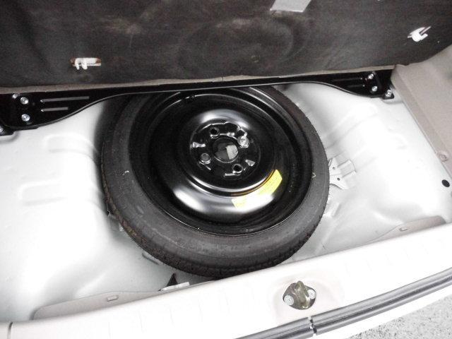 ラゲッジ下にはジャッキやスペアタイヤを装備。