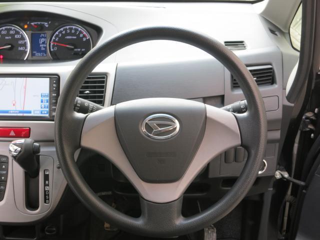 運転席の前にも小物入れが付いています。収納スペースが色々あるのは便利ですね!