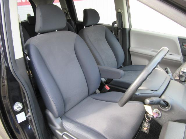 広々とした運転席☆座り心地の良いシートになっておりますので、長距離ドライブも快適です♪
