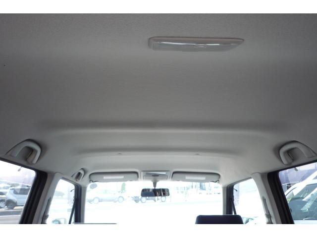 4名乗車時でもシートを倒さずにこれだけの荷室スペースを確保しています♪