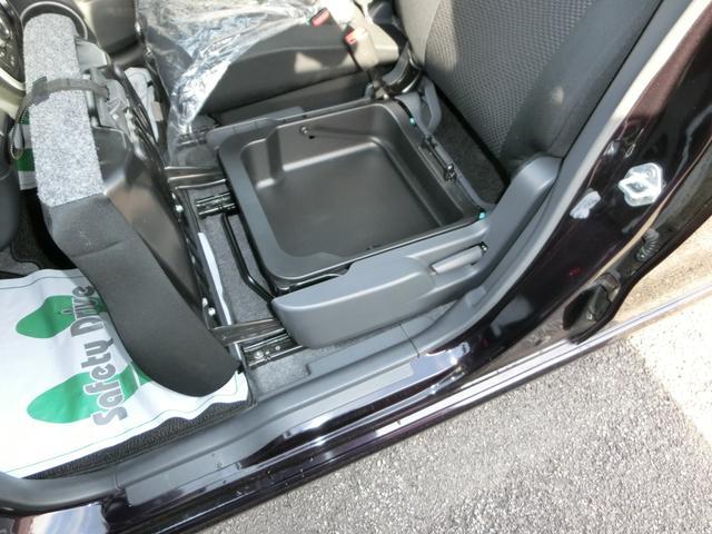 助手席のシート下には取り外し可能のBOXがついてますよ。