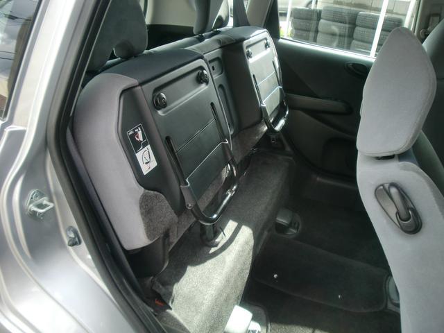 後部座席は跳ねあげることができ、大きな荷物にも対応できます♪