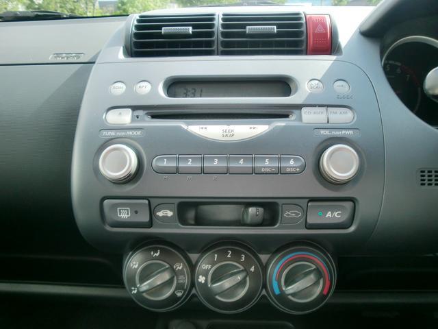 純正のパネル一体型オーディオにマニュアル式のエアコン。