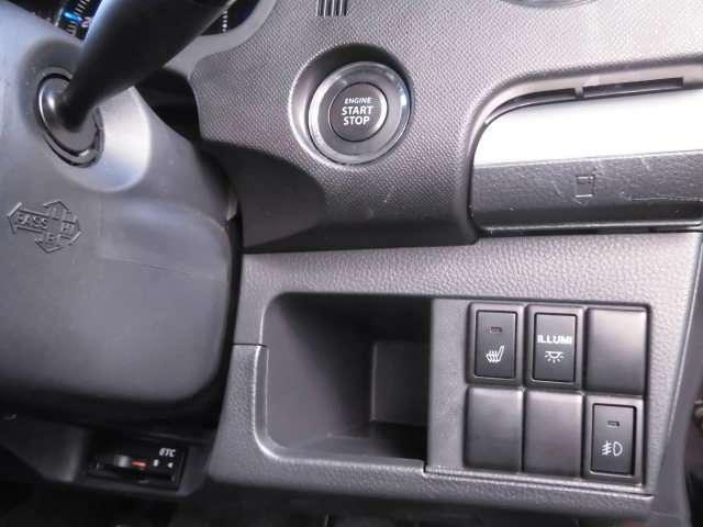 キーを鞄やポケットにしまったままでも、ドアロックの開閉やエンジンの始動の操作ができる便利なスマートキー!