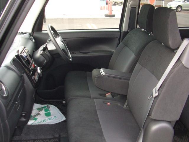 フロントベンチシートでセンターに肘掛が装備され、長距離運転も楽です。