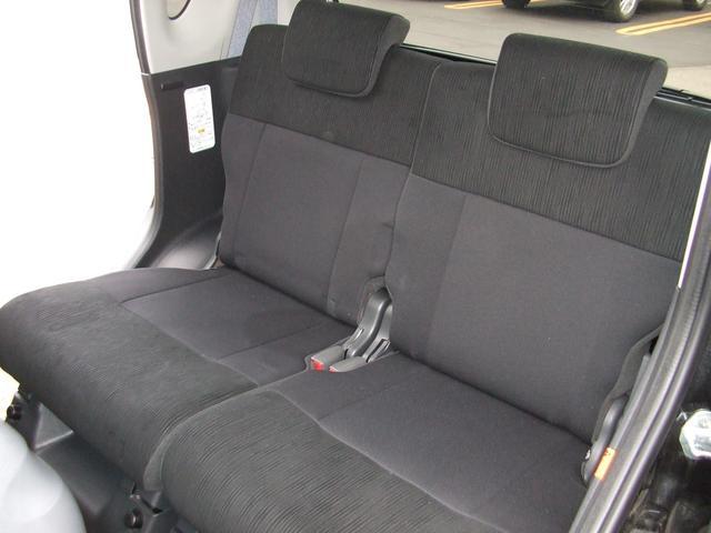 ゆったりリヤシートで足元も広々で、高級車に近いすわり心地