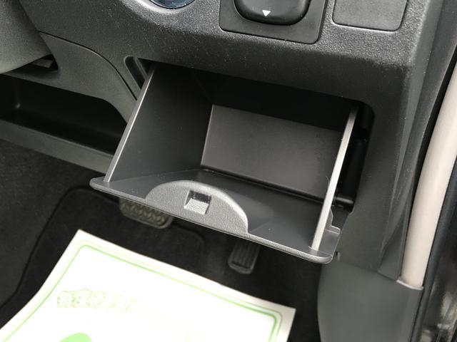 小銭やちょっとした物を収納できるポケットが運転席側に装備されております。