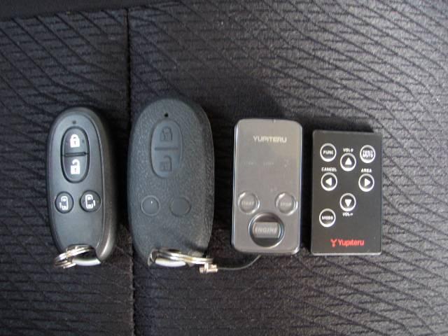 純正スマートキーX2ケ!ポケットやカバンに入れておくだけでドアロック&アンロック可能です♪もちろんキーを挿入しなくても持っているだけでプッシュスターとできます♪リモコンもきれいです♪ハザード連動♪