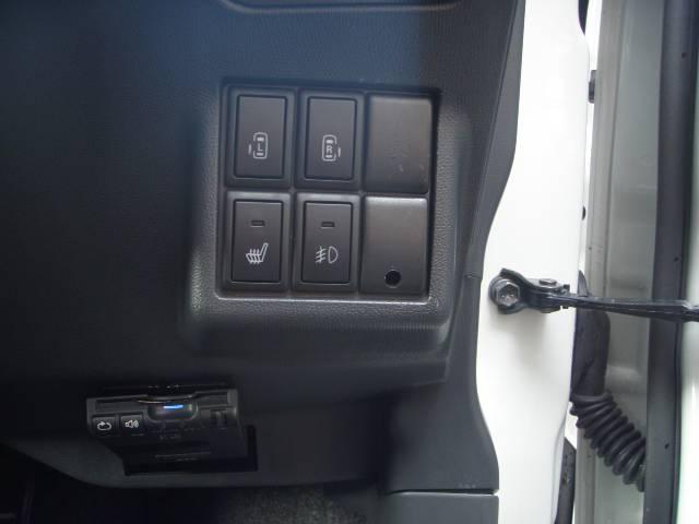 両側パワースライドドア付き!各ドア&運転席ボタン&リモコンキーなどあらゆる場所から開閉可能です!とっても便利ですよ♪スマートキーは運転席アンド助手席&リアハッチの3ヶ所からロック・アンロック可能です♪