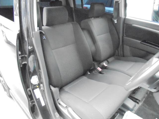 ベンチシートが魅力の運転席☆ドライブの快適をアシストしてくれます☆